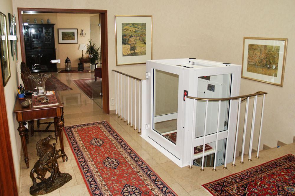 Homelift GHB 20 mit halbhohem Schacht im Wohnbereich